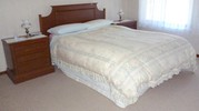 4 PIECE BEDROOM SUITE - BED,  2 BEDSIDE CHESTS & DRESSING TABLE