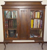 VINTAGE WOODEN BOOKCASE WITH 2 GLASS DOORS QUEEN ANNE STYLE LEGS